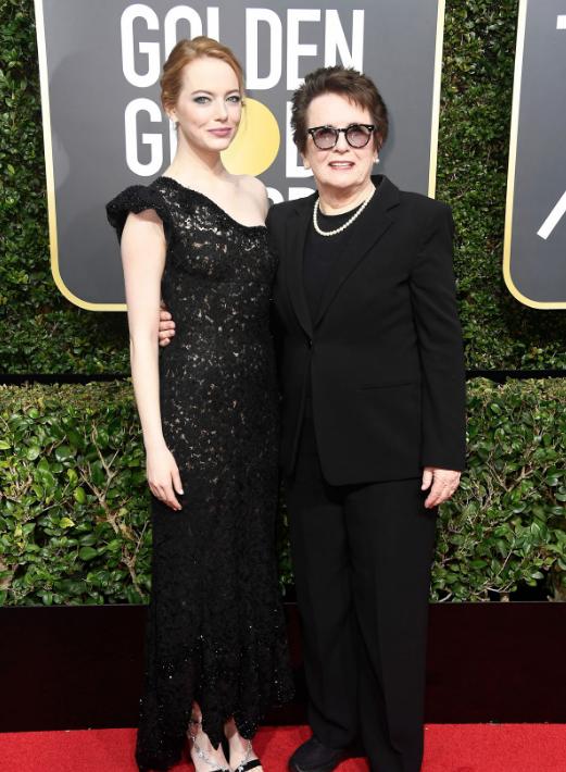 Emma Stone Emma Stone, nominada por su papel en La Batalla de los Sexos, ha acudido junto a la legendaria tenista que interpreta en esa película, Billie Jean King.